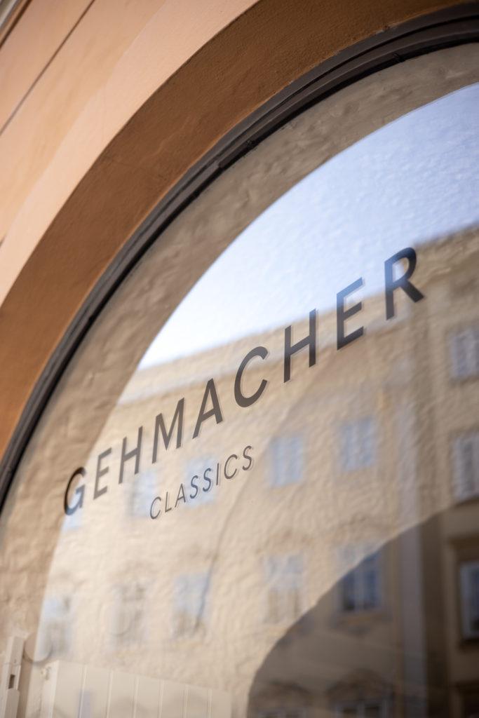 Gehmacher-Schriftzug auf Fensterscheibe