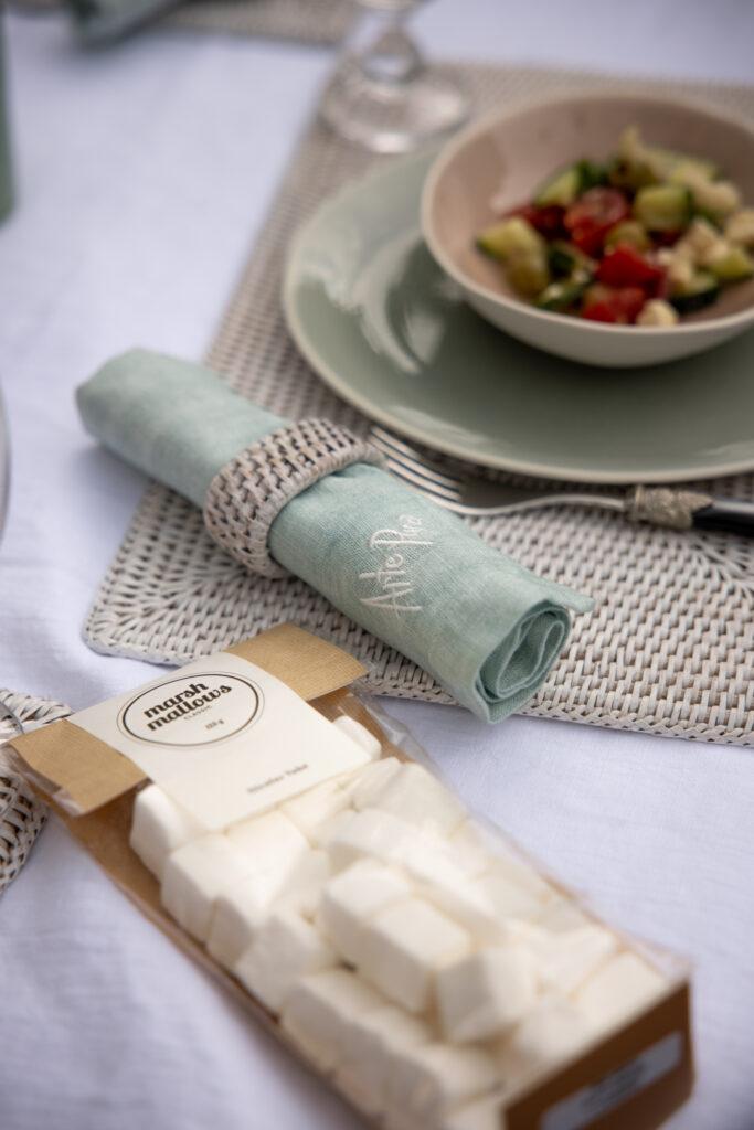 Tischset aus Rattan mit Keramikgeschirr und einer Serviette aus Leinen.